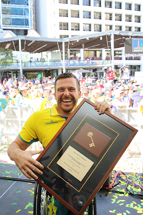 Kurt Fearnley with the Keys to the City